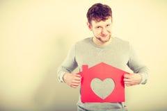 Ευτυχές ικανοποιημένο άτομο με το σπίτι καρδιών Στοκ φωτογραφία με δικαίωμα ελεύθερης χρήσης