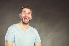 Ευτυχές ικανοποιημένο όμορφο γέλιο τύπων ατόμων Στοκ Εικόνα