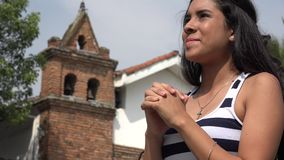 Ευτυχές ισπανικό κορίτσι εφήβων που προσεύχεται στην εκκλησία απόθεμα βίντεο