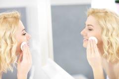 Ευτυχές καθαρίζοντας πρόσωπο γυναικών Στοκ εικόνα με δικαίωμα ελεύθερης χρήσης