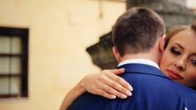 Ευτυχές και εύθυμο γαμήλιο ζεύγος που παρουσιάζει προσφορά απόθεμα βίντεο