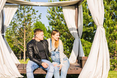Ευτυχές και νέο έγκυο ζεύγος που αγκαλιάζει υπαίθρια Στοκ Εικόνες