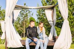 Ευτυχές και νέο έγκυο ζεύγος που αγκαλιάζει υπαίθρια Στοκ Εικόνα
