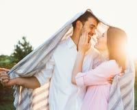 Ευτυχές και νέο έγκυο ζεύγος Στοκ εικόνα με δικαίωμα ελεύθερης χρήσης