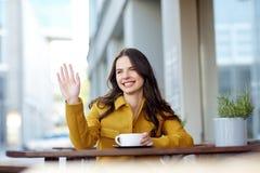 Ευτυχές κακάο κατανάλωσης γυναικών στον καφέ οδών πόλεων στοκ φωτογραφίες