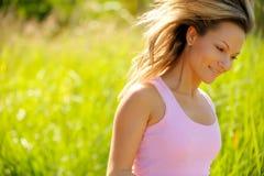 ευτυχές καλοκαίρι κοριτσιών πεδίων Στοκ Εικόνες