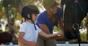 Ευτυχές καρότο σίτισης μητέρων και κορών στο άλογο 4k απόθεμα βίντεο