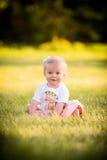 Ευτυχές καυκάσιο μικρό παιδί έξω στοκ εικόνα