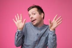 Ευτυχές καυκάσιο χαμογελώντας άτομο που παρουσιάζει δέκα δάχτυλα στοκ εικόνες
