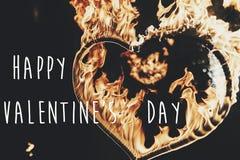 Ευτυχές κείμενο ημέρας βαλεντίνων ` s, ευχετήρια κάρτα πυροτέχνημα ο καρδιών πυρκαγιάς Στοκ φωτογραφία με δικαίωμα ελεύθερης χρήσης