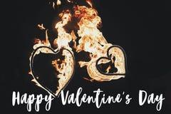 Ευτυχές κείμενο ημέρας βαλεντίνων ` s, ευχετήρια κάρτα χρυσή καρδιά πυρκαγιάς δύο Στοκ εικόνες με δικαίωμα ελεύθερης χρήσης