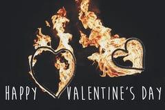 Ευτυχές κείμενο ημέρας βαλεντίνων ` s, ευχετήρια κάρτα χρυσή καρδιά πυρκαγιάς δύο Στοκ Εικόνες