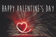 Ευτυχές κείμενο ημέρας βαλεντίνων ` s, κόκκινη ευχετήρια κάρτα κόκκινο FI καρδιών πυρκαγιάς Στοκ Φωτογραφία