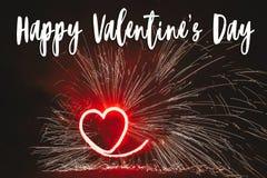 Ευτυχές κείμενο ημέρας βαλεντίνων ` s, κόκκινη ευχετήρια κάρτα κόκκινο FI καρδιών πυρκαγιάς Στοκ φωτογραφία με δικαίωμα ελεύθερης χρήσης