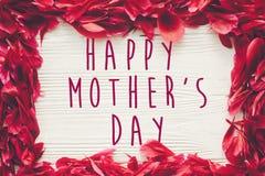 Ευτυχές κείμενο ημέρας μητέρων ` s στα κόκκινα πέταλα peonies στο αγροτικό άσπρο wo Στοκ φωτογραφίες με δικαίωμα ελεύθερης χρήσης