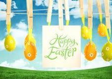 Ευτυχές κείμενο Πάσχας με τα αυγά Πάσχας με τη σημείωση για τους γόμφους μπροστά από το σχέδιο Στοκ φωτογραφία με δικαίωμα ελεύθερης χρήσης