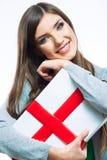 Ευτυχές κιβώτιο δώρων λαβής γυναικών Στοκ φωτογραφία με δικαίωμα ελεύθερης χρήσης