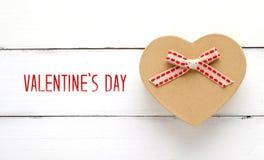Ευτυχές κιβώτιο δώρων ημέρας βαλεντίνων ` s και μορφής καρδιών άσπρο ξύλινο boa Στοκ Εικόνες