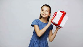 Ευτυχές κιβώτιο δώρων τινάγματος κοριτσιών χαμόγελου απόθεμα βίντεο