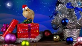 Ευτυχές κινεζικό νέο έτος 2017 με το νέο κόκκορα που στέκεται στα χριστουγεννιάτικα δώρα απόθεμα βίντεο