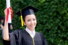 Ευτυχές κλιμακωτό κορίτσι σπουδαστών, συγχαρητήρια - διαβαθμισμένη επιτυχία εκπαίδευσης στοκ εικόνα