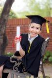 Ευτυχές κλιμακωτό κορίτσι σπουδαστών, συγχαρητήρια - διαβαθμισμένη επιτυχία εκπαίδευσης στοκ εικόνα με δικαίωμα ελεύθερης χρήσης