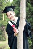 Ευτυχές κλιμακωτό κορίτσι σπουδαστών, συγχαρητήρια - διαβαθμισμένη επιτυχία εκπαίδευσης στοκ εικόνες
