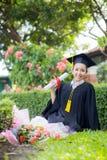 Ευτυχές κλιμακωτό κορίτσι σπουδαστών, συγχαρητήρια της επιτυχίας εκπαίδευσης στοκ φωτογραφία με δικαίωμα ελεύθερης χρήσης