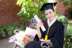 Ευτυχές κλιμακωτό πιστοποιητικό λαβής κοριτσιών σπουδαστών - συγχαρητήρια στοκ φωτογραφίες
