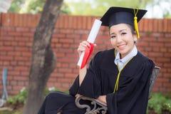 Ευτυχές κλιμακωτό πιστοποιητικό λαβής κοριτσιών σπουδαστών - συγχαρητήρια στοκ εικόνες