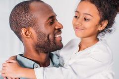 ευτυχές κοίταγμα πατέρων και κορών αφροαμερικάνων στοκ φωτογραφίες με δικαίωμα ελεύθερης χρήσης