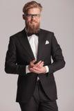 Ευτυχές κομψό άτομο που κρατά τα χέρια του από κοινού Στοκ Εικόνες