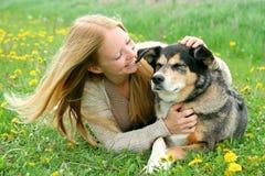 Ευτυχές κορίτσι έξω από το παιχνίδι με το γερμανικό σκυλί ποιμένων Στοκ Φωτογραφίες