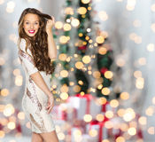 Ευτυχές κορίτσι γυναικών ή εφήβων πέρα από τα φω'τα Χριστουγέννων Στοκ Φωτογραφίες