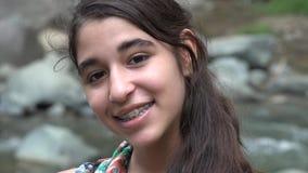 Ευτυχές κορίτσι εφήβων από τον ποταμό απόθεμα βίντεο