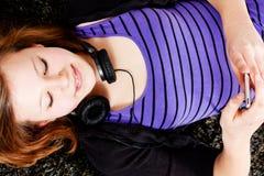 Ευτυχές κορίτσι εφήβων που ακούει τη μουσική Στοκ εικόνα με δικαίωμα ελεύθερης χρήσης