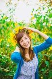Ευτυχές κορίτσι και κίτρινο στεφάνι Στοκ Εικόνα
