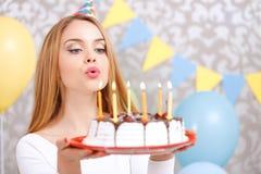 Ευτυχές κορίτσι και το κέικ γενεθλίων της Στοκ Φωτογραφία