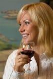 Ευτυχές κορίτσι με ένα γυαλί κρασιού Στοκ Εικόνες