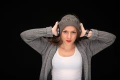 Ευτυχές κορίτσι με τα ακουστικά στοκ φωτογραφίες με δικαίωμα ελεύθερης χρήσης