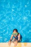 Ευτυχές κορίτσι με τα προστατευτικά δίοπτρα στην πισίνα Στοκ Φωτογραφία