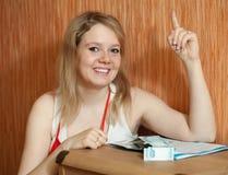 Ευτυχές κορίτσι με τα χρήματα στο βασικό εσωτερικό Στοκ Εικόνες