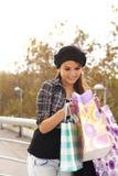 Ευτυχές κορίτσι με τις τσάντες αγορών Στοκ φωτογραφία με δικαίωμα ελεύθερης χρήσης