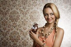 Ευτυχές κορίτσι με το παιχνίδι Πάσχας Στοκ εικόνες με δικαίωμα ελεύθερης χρήσης