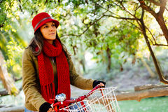 Ευτυχές κορίτσι με το ποδήλατο στο πάρκο την ηλιόλουστη ημέρα φθινοπώρου στοκ φωτογραφίες με δικαίωμα ελεύθερης χρήσης