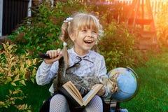Ευτυχές κορίτσι με το ευτυχές τέλος του σχολικού έτους στοκ εικόνα με δικαίωμα ελεύθερης χρήσης