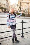 Ευτυχές κορίτσι με το τηλέφωνο Στοκ εικόνες με δικαίωμα ελεύθερης χρήσης