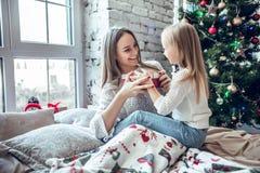 Ευτυχές κορίτσι μητέρων και παιδιών με το κιβώτιο δώρων στοκ φωτογραφία με δικαίωμα ελεύθερης χρήσης