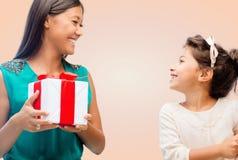 Ευτυχές κορίτσι μητέρων και παιδιών με το κιβώτιο δώρων Στοκ Εικόνα