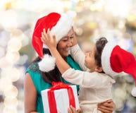Ευτυχές κορίτσι μητέρων και παιδιών με το κιβώτιο δώρων Στοκ εικόνες με δικαίωμα ελεύθερης χρήσης